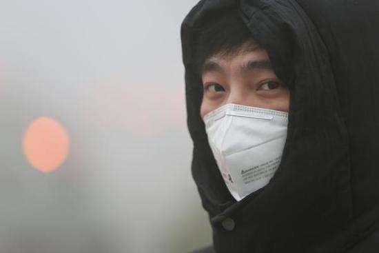 天气闷热还长痘 口罩该摘还是戴